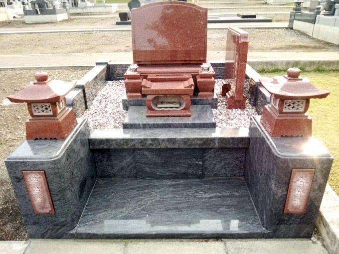 洋型墓石[ニューインペリアルレッド]・4㎡丘カロート型外柵[マハマブルー]